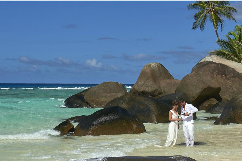 Külföldi esküvői ceremónia a gránit sziklák tövében | Seychelle-szigetek | Futura Travel